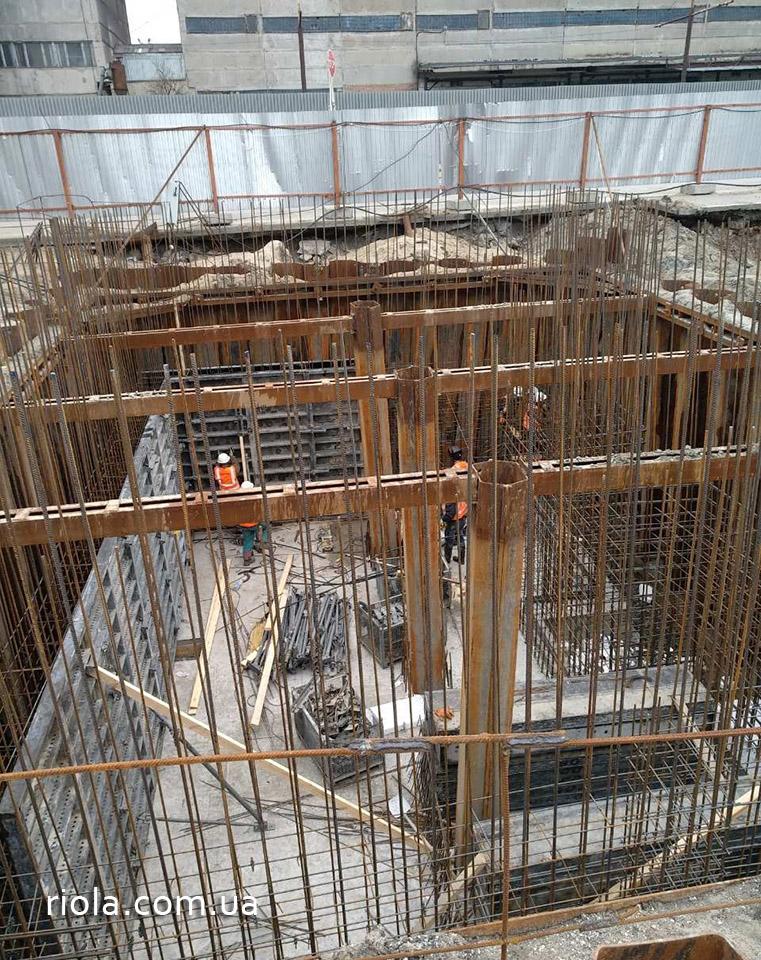 Параллельно идут работы по организации строительства станции разгрузки автомобилей (СРА) и железнодорожных вагонов. Роботы проходят в сложных инженерно-геологических условиях, но каждый из этапов выполненных работ производится по графику.