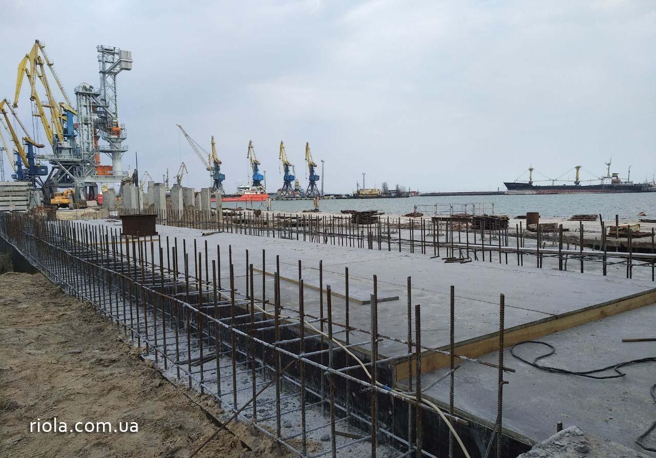 Так как уровень грунтовых вод чрезвычайно высокий, для непрерывного процесса бетонирования конструкции приямка СРА производится круглосуточное водопонижение.